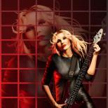 Бас гитаристка